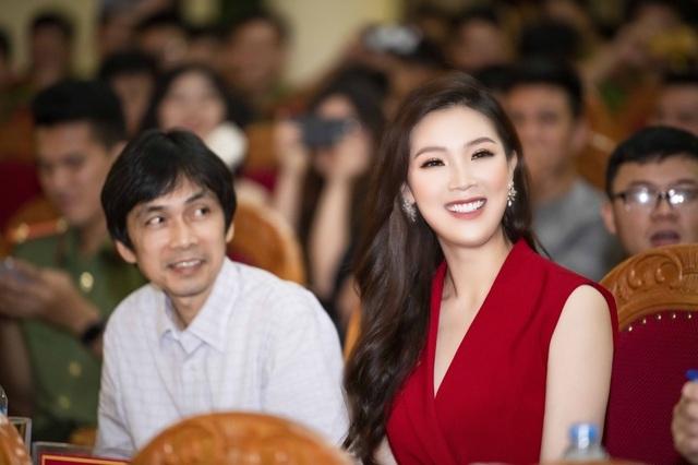 Hoa hậu Phí Thuỳ Linh, Xuân Bắc ướt nhẹp vì làm giám khảo giữa trời mưa - 3
