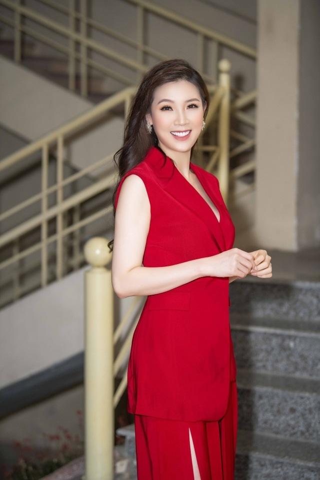 Hoa hậu Phí Thuỳ Linh, Xuân Bắc ướt nhẹp vì làm giám khảo giữa trời mưa - 7