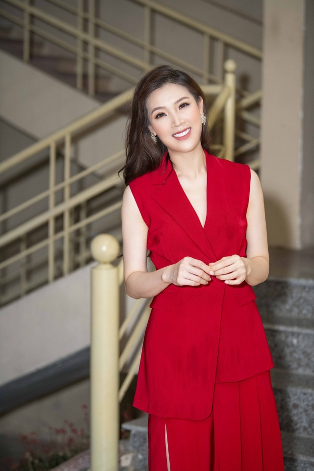 Hoa hậu Phí Thuỳ Linh, Xuân Bắc ướt nhẹp vì làm giám khảo giữa trời mưa - 4
