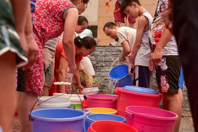 Cận cảnh người dân Hà Nội rồng rắn xếp hàng chờ lấy nước như... thời bao cấp - 3