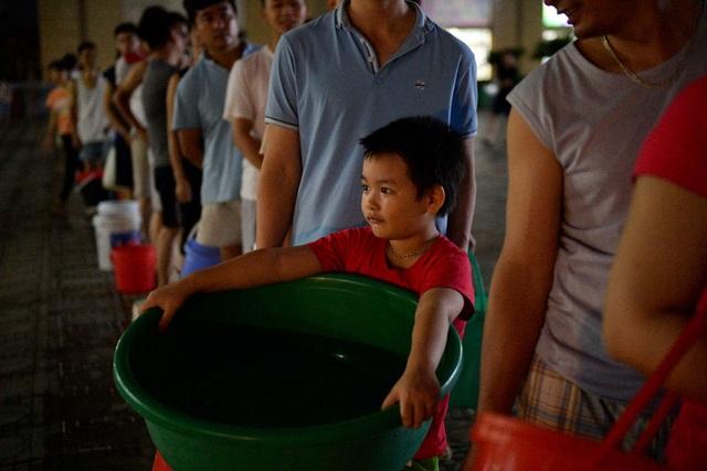 Cận cảnh người dân Hà Nội rồng rắn xếp hàng chờ lấy nước như... thời bao cấp - 10