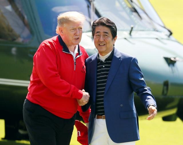"""Tổng thống Trump chụp ảnh """"tự sướng"""" cùng Thủ tướng Nhật Bản trên sân golf - 2"""