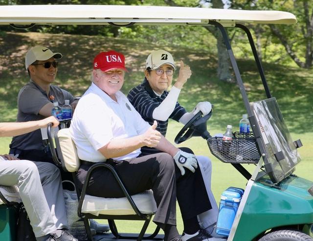 """Tổng thống Trump chụp ảnh """"tự sướng"""" cùng Thủ tướng Nhật Bản trên sân golf - 3"""