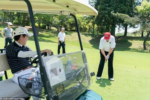 """Tổng thống Trump chụp ảnh """"tự sướng"""" cùng Thủ tướng Nhật Bản trên sân golf - 8"""