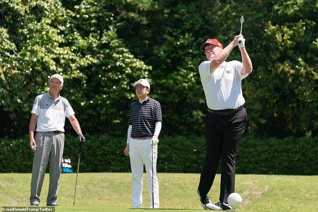 """Tổng thống Trump chụp ảnh """"tự sướng"""" cùng Thủ tướng Nhật Bản trên sân golf - 7"""