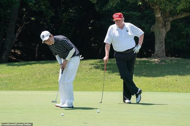 """Tổng thống Trump chụp ảnh """"tự sướng"""" cùng Thủ tướng Nhật Bản trên sân golf - 9"""