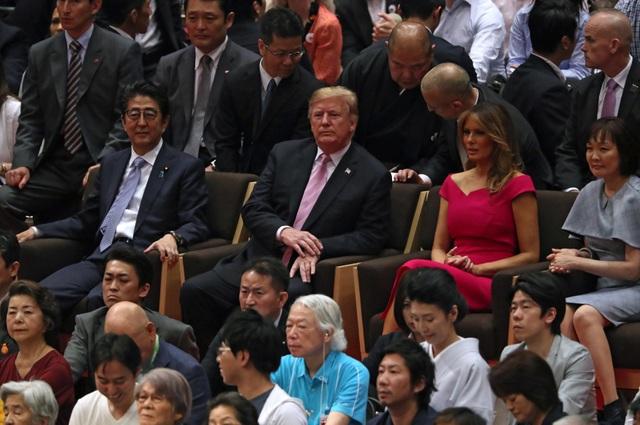"""Tổng thống Trump chụp ảnh """"tự sướng"""" cùng Thủ tướng Nhật Bản trên sân golf - 12"""