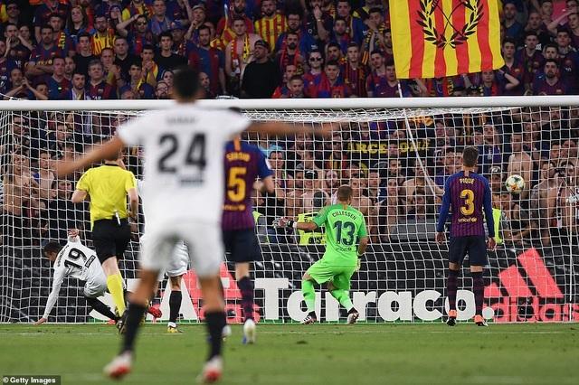 Messi bất lực trong ngày Barcelona gục ngã trước Valencia - 5