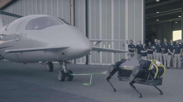 Robot đặc biệt có thể kéo một chiếc máy bay 3 tấn di chuyển 10 mét - 1