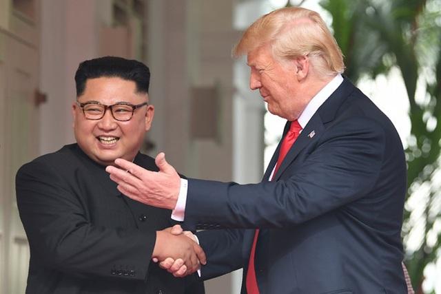 Tổng thống Trump: Ông Kim Jong-un thông minh, biết nên từ bỏ vũ khí hạt nhân - 1
