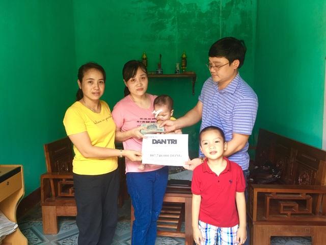 Bạn đọc Dân trí giúp đỡ cô bé 1 tuổi hơn 107 triệu đồng sang Singgapore chữa mắt - 1