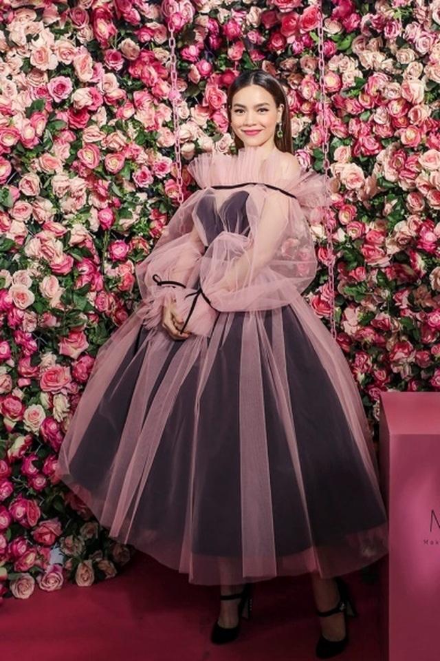 Hoa hậu Ngọc Hân, Thúy Ngân, Phạm Quỳnh Anh khoe dáng trong trang phục áo tắm chào hè - 5