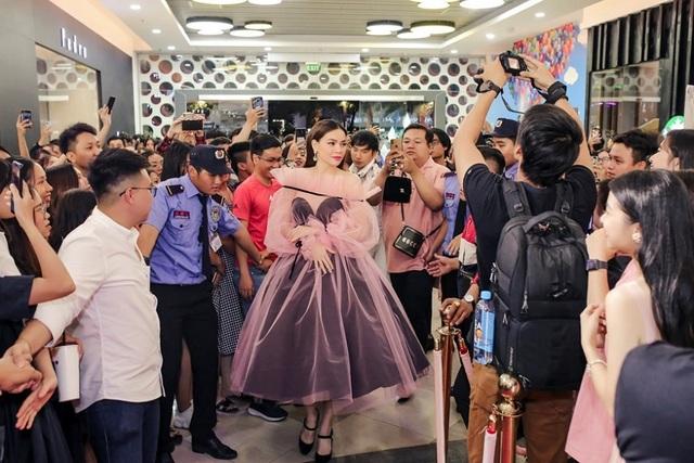 Hoa hậu Ngọc Hân, Thúy Ngân, Phạm Quỳnh Anh khoe dáng trong trang phục áo tắm chào hè - 6