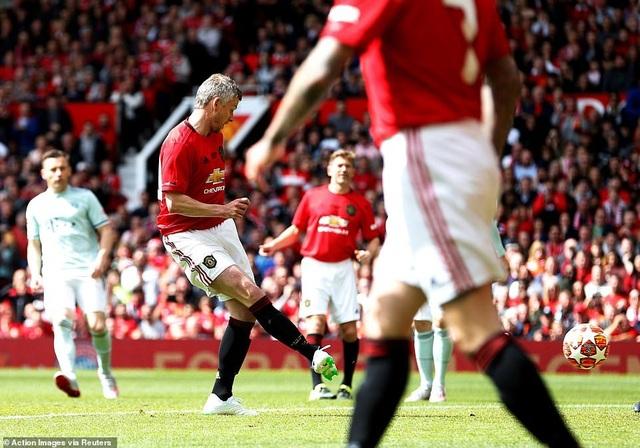 Beckham tỏa sáng, huyền thoại Man Utd thắng huyền thoại Bayern 5-0 - 1