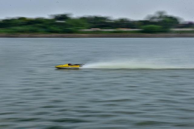 Thú chơi tàu siêu tốc mô hình xé nước mặt hồ Hà Nội - 11