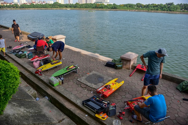 Thú chơi tàu siêu tốc mô hình xé nước mặt hồ Hà Nội - 2