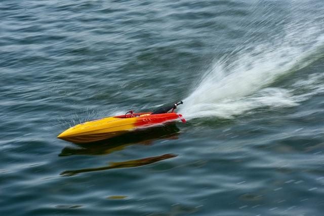 Thú chơi tàu siêu tốc mô hình xé nước mặt hồ Hà Nội - 4