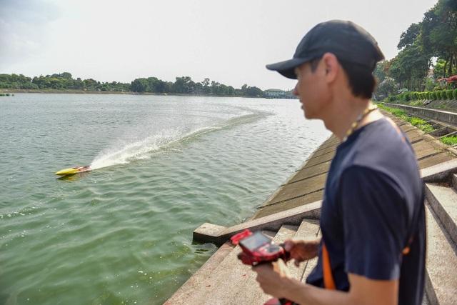 Thú chơi tàu siêu tốc mô hình xé nước mặt hồ Hà Nội - 9