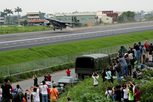 Máy bay chiến đấu Đài Loan tập trận trên cao tốc - 3