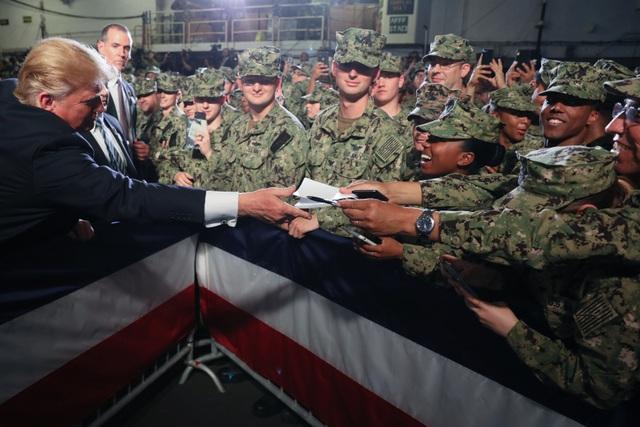 Ông Trump trở thành tổng thống Mỹ đầu tiên thăm tàu chiến Nhật Bản - 10