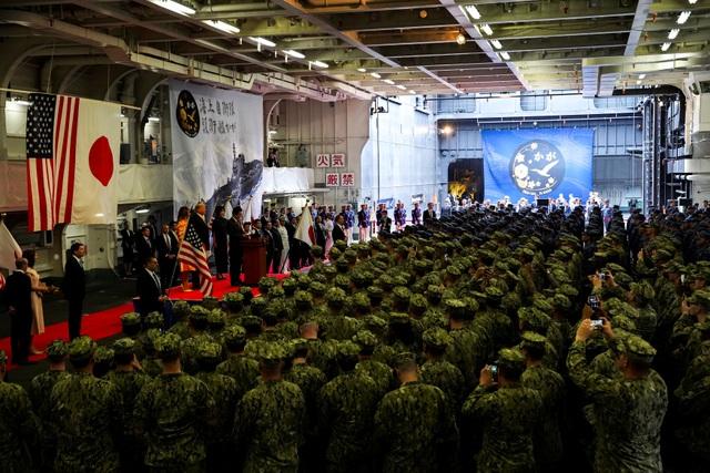Ông Trump trở thành tổng thống Mỹ đầu tiên thăm tàu chiến Nhật Bản - 3