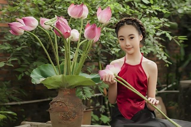Khó rời mắt khỏi vẻ đẹp của bé gái 10 tuổi bên sen - 1