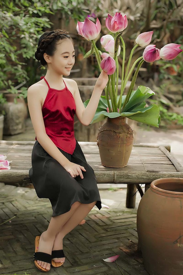 Khó rời mắt khỏi vẻ đẹp của bé gái 10 tuổi bên sen - 5