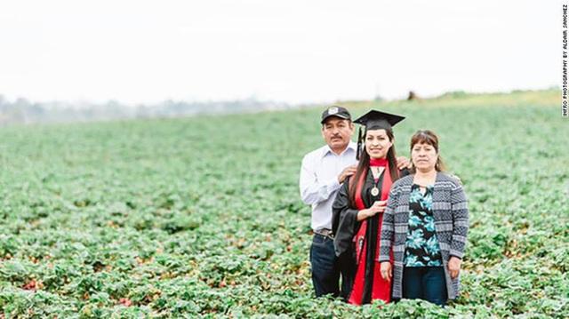 Cô gái chụp ảnh tốt nghiệp với bố mẹ nông dân trên đồng gây sốt - 1