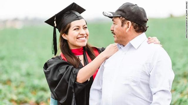 Cô gái chụp ảnh tốt nghiệp với bố mẹ nông dân trên đồng gây sốt - 2