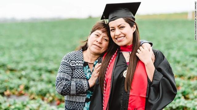 Cô gái chụp ảnh tốt nghiệp với bố mẹ nông dân trên đồng gây sốt - 3