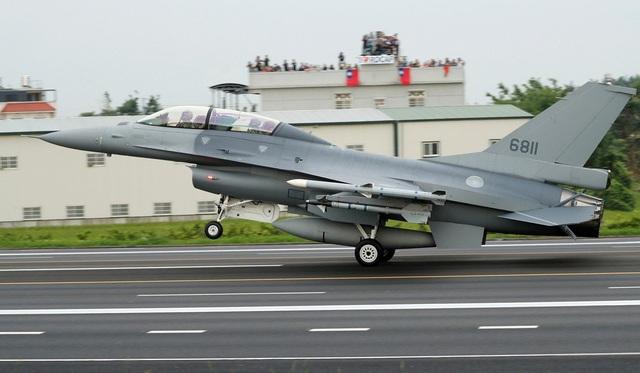 Máy bay chiến đấu Đài Loan tập trận trên cao tốc - 2