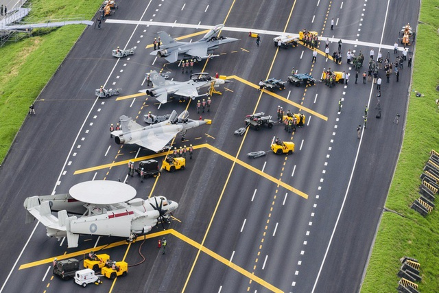 Máy bay chiến đấu Đài Loan tập trận trên cao tốc - 1