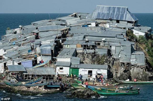 """Kỳ lạ hòn đảo """"tí hon nhưng có đến cả nghìn cư dân sinh sống  - 1"""