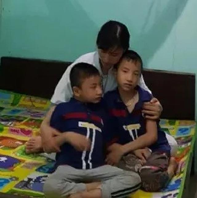 Nghẹn lòng người mẹ trẻ ôm 2 con song sinh bại não trong ngôi nhà trọ - 19