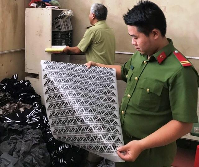 Bắt quả tang gần 1.200 sản phẩm quần áo nghi giả nhãn hiệu Nike, Adidas - 1