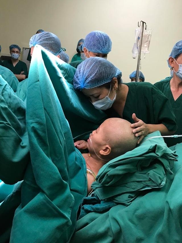 Người mẹ ung thư giai đoạn cuối sinh con đang phải thở máy, bác sĩ nỗ lực hết sức để sản phụ gặp con - 1