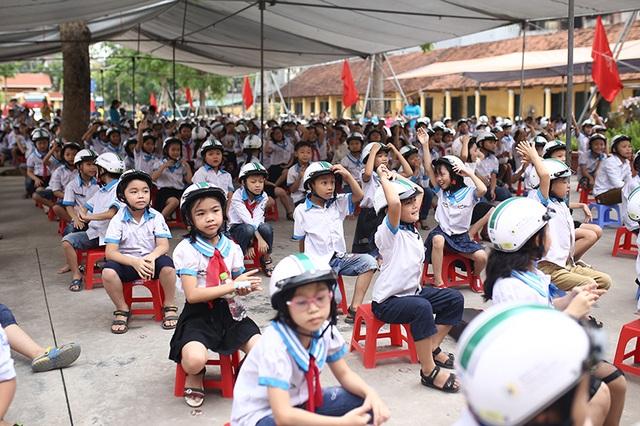 Trao tặng hơn 500 chiếc mũ bảo hiểm cho học sinh tiểu học - 1