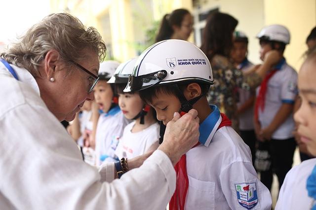 Trao tặng hơn 500 chiếc mũ bảo hiểm cho học sinh tiểu học - 3