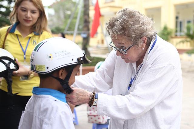 Trao tặng hơn 500 chiếc mũ bảo hiểm cho học sinh tiểu học - 4