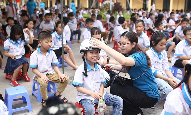 Trao tặng hơn 500 chiếc mũ bảo hiểm cho học sinh tiểu học - 5