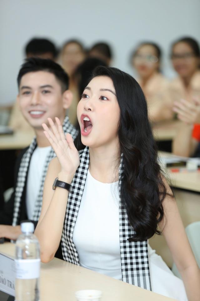 Á hậu Thúy Vân diện đầm xẻ quyến rũ trong buổi giao lưu với sinh viên - 3