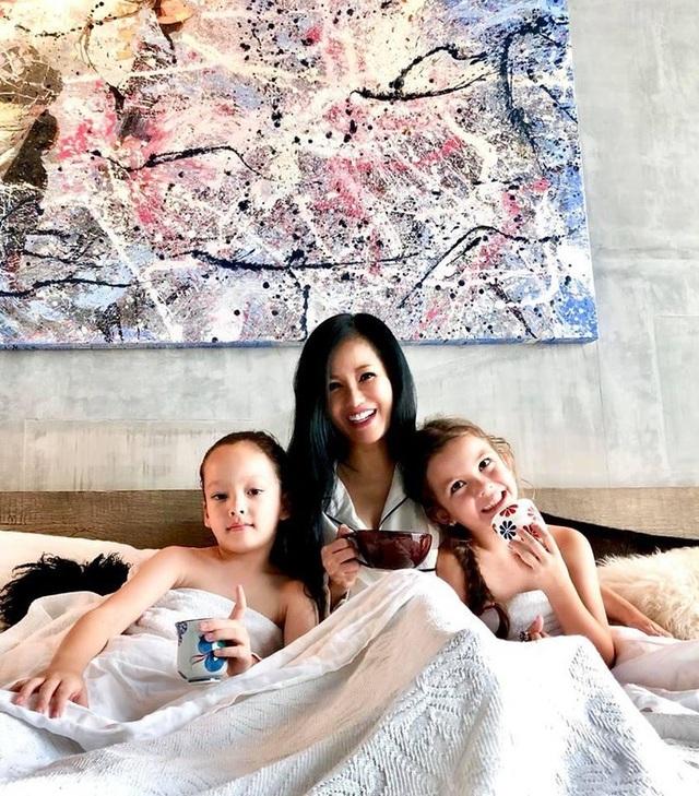 """Hồng Nhung """"cai"""" mạng xã hội để tập trung chăm sóc các con - 1"""
