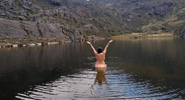 """Chụp ảnh khỏa thân bảo vệ môi trường, nữ du khách bị tố """"làm ô uế dòng nước"""" - 1"""