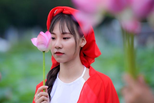 Thiếu nữ Hà Thành thả dáng bên đầm sen hồ Tây - 11