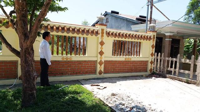 """""""Đại gia"""" xây resort chiếm đất công nhận sai, xin tự nguyện đập hàng rào trái phép - 1"""