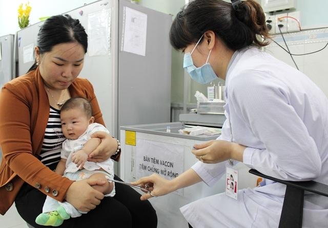 Sau tiêm vắc xin ComBE Five 5,7% trẻ có phản ứng - 1