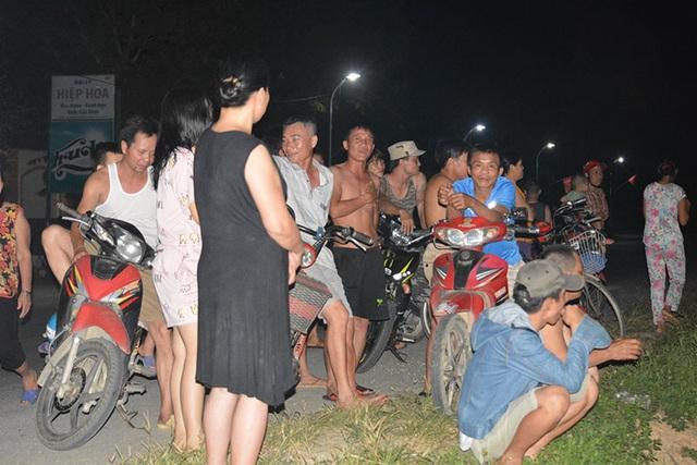 Hàng trăm người đổ ra bờ sông trong đêm phản đối cát tặc - 2