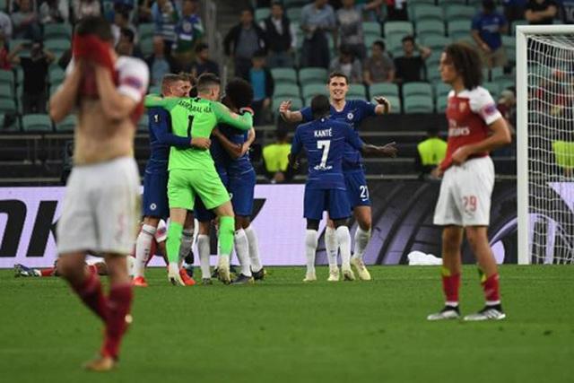 Nỗi buồn vô hạn của Arsenal khi chứng kiến Chelsea nâng cúp vô địch - 2