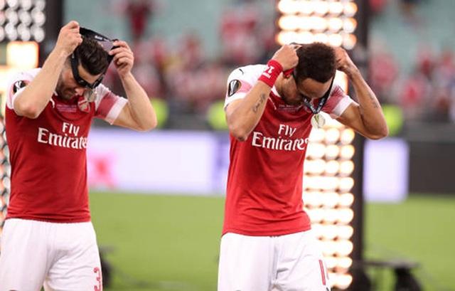 Nỗi buồn vô hạn của Arsenal khi chứng kiến Chelsea nâng cúp vô địch - 16