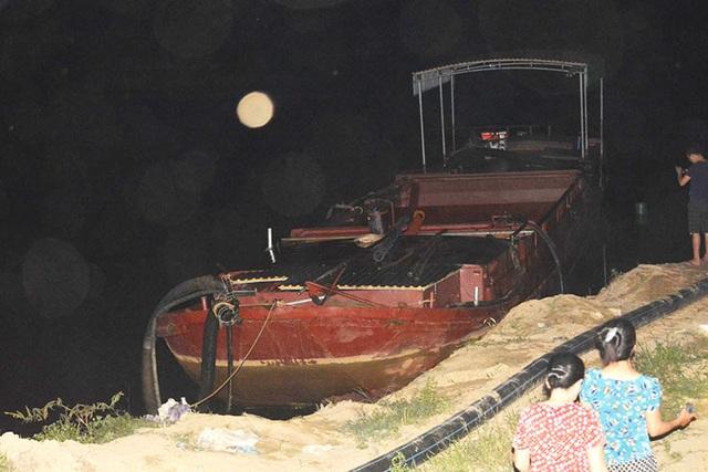 Hàng trăm người đổ ra bờ sông trong đêm phản đối cát tặc - 1